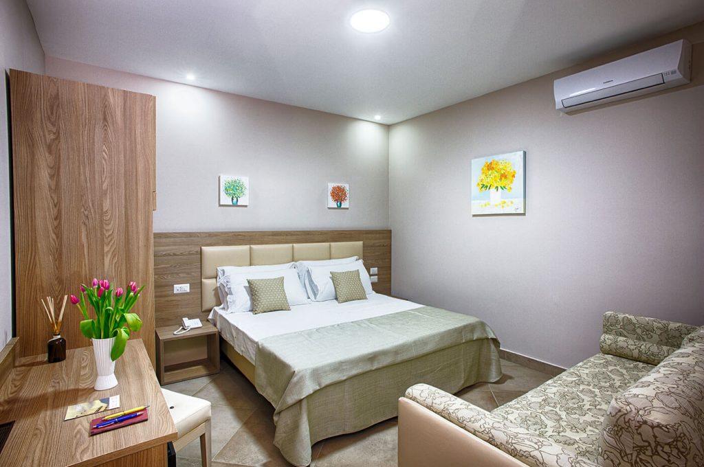 Arredamento della camera matrimoniale standard dell'Hotel