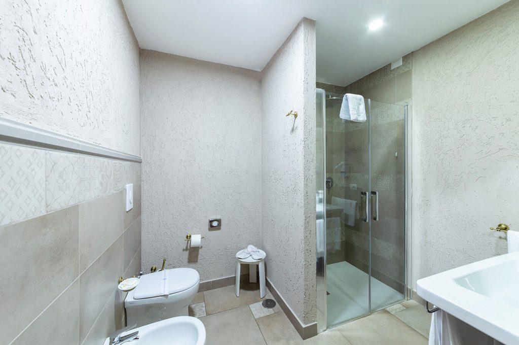 Ampio bagno Suite Amorini Hotel a Pompei