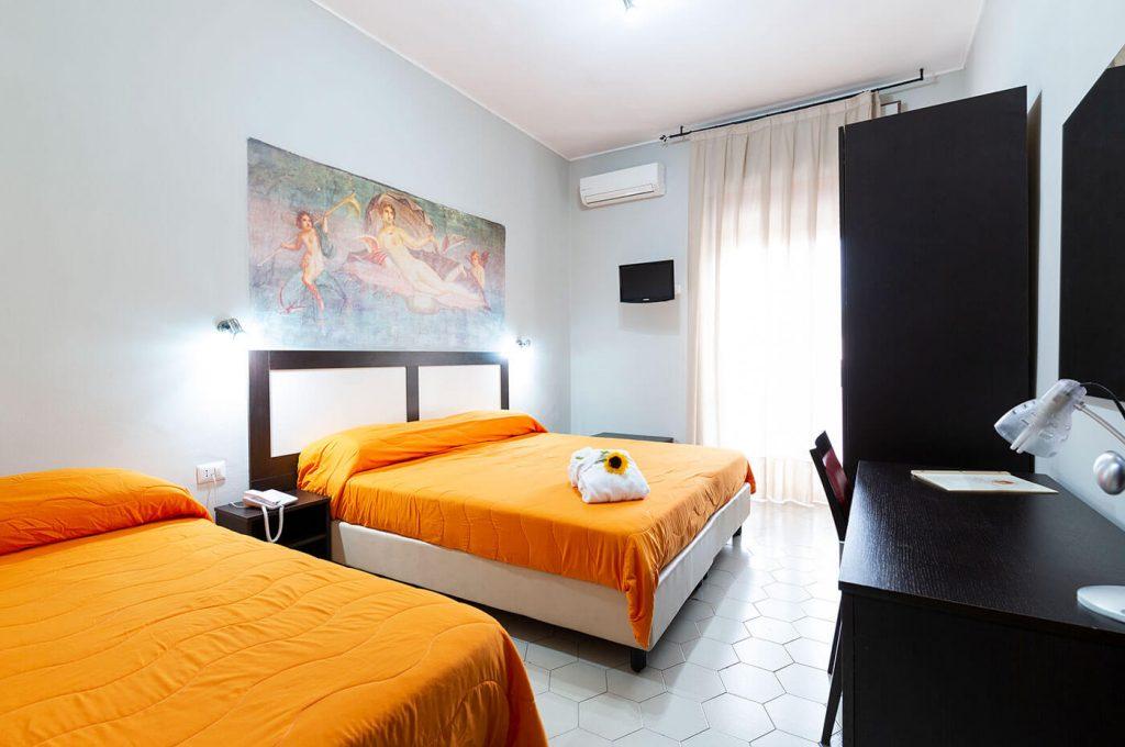 La camera tripla con doppio letto dell'Hotel