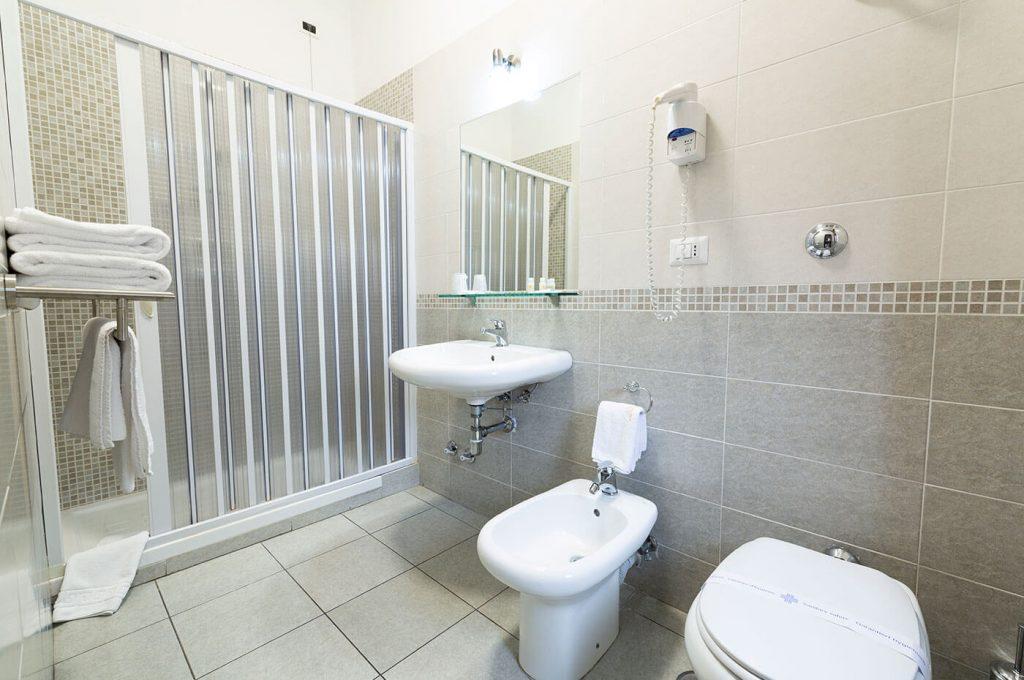 Doccia del bagno della camera tripla dell'Hotel