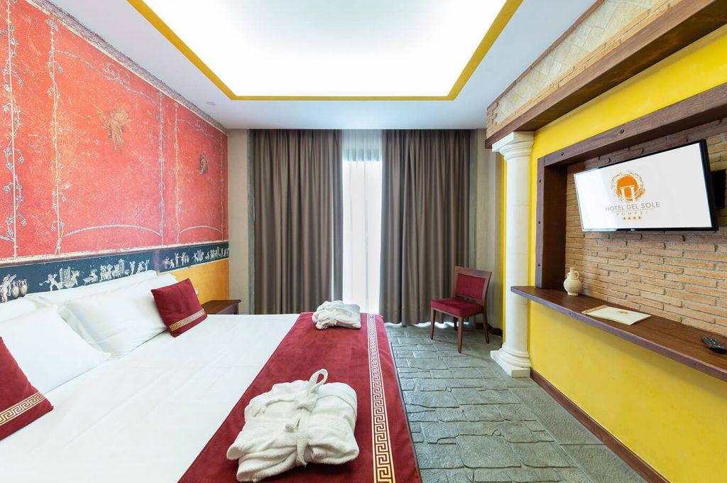 L'elegante letto della suite Amorini