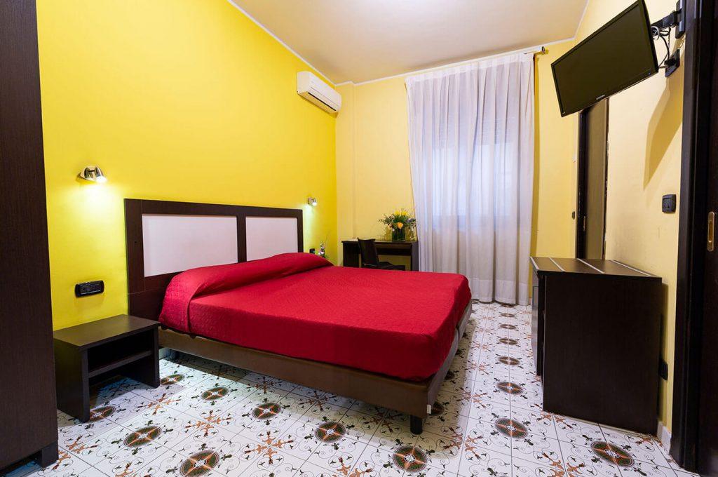 Comfort e colore della matrimoniale standard dell'Hotel