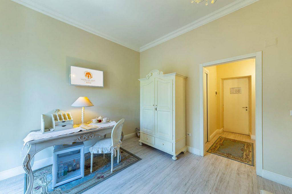 Spazi eleganti della suite Junior dell'Hotel del Sole