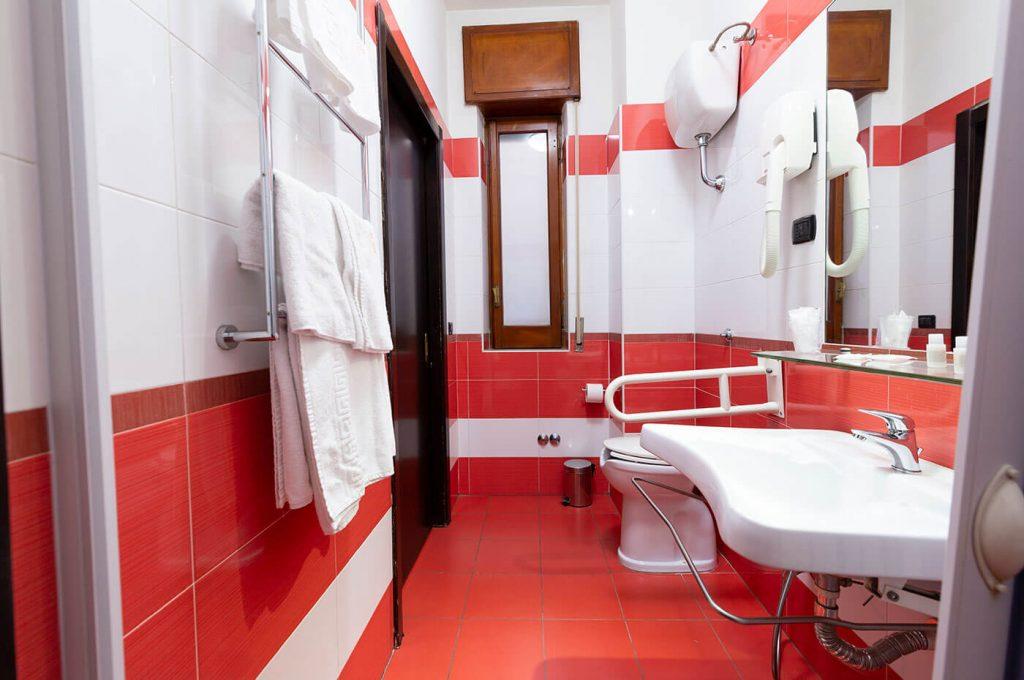 Bagno della camera accessibile dell'Hotel a Pompei
