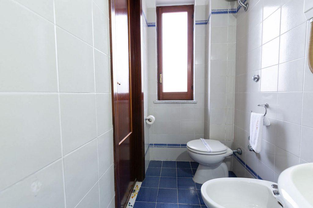 L'ampio bagno delle camere economy dell'Hotel a Pompei