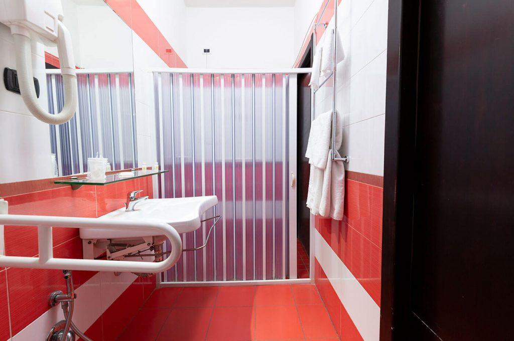 Doccia della camera accessibile dell'Hotel a Pompei