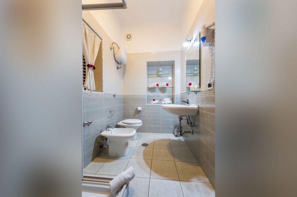 Hotel del Sole a Pompei: bagno camera family