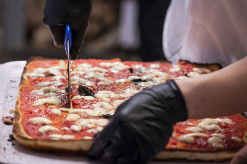 Pizza appena sfornata dalla Pizzeria del Varnelli a Pompei