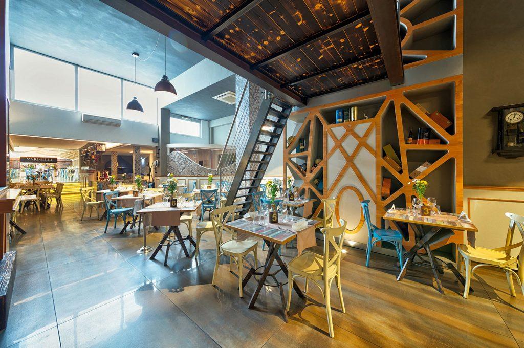Sala con soppalco del ristorante Varnelli a Pompei