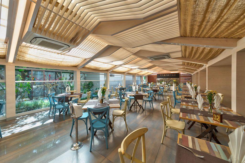 Sala con esterno del ristorante Varnelli a Pompei