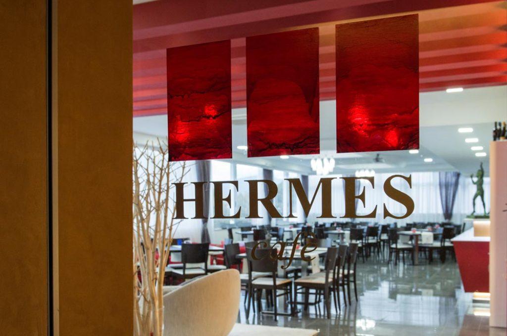 Suggestiva vetrina del Bar Hermes a Pompei